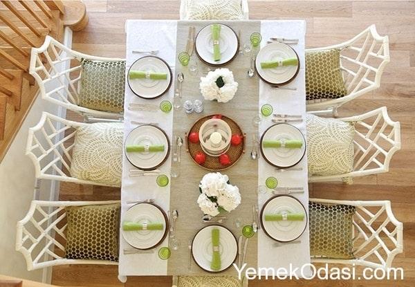 beyaz keten masa rt s zerine desensiz toprak rengi runner ile