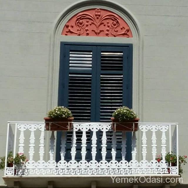 balkon-korkuluklarinda-ciceklik