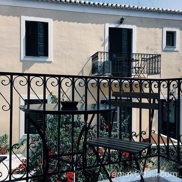 sade-balkon-korkuluklu