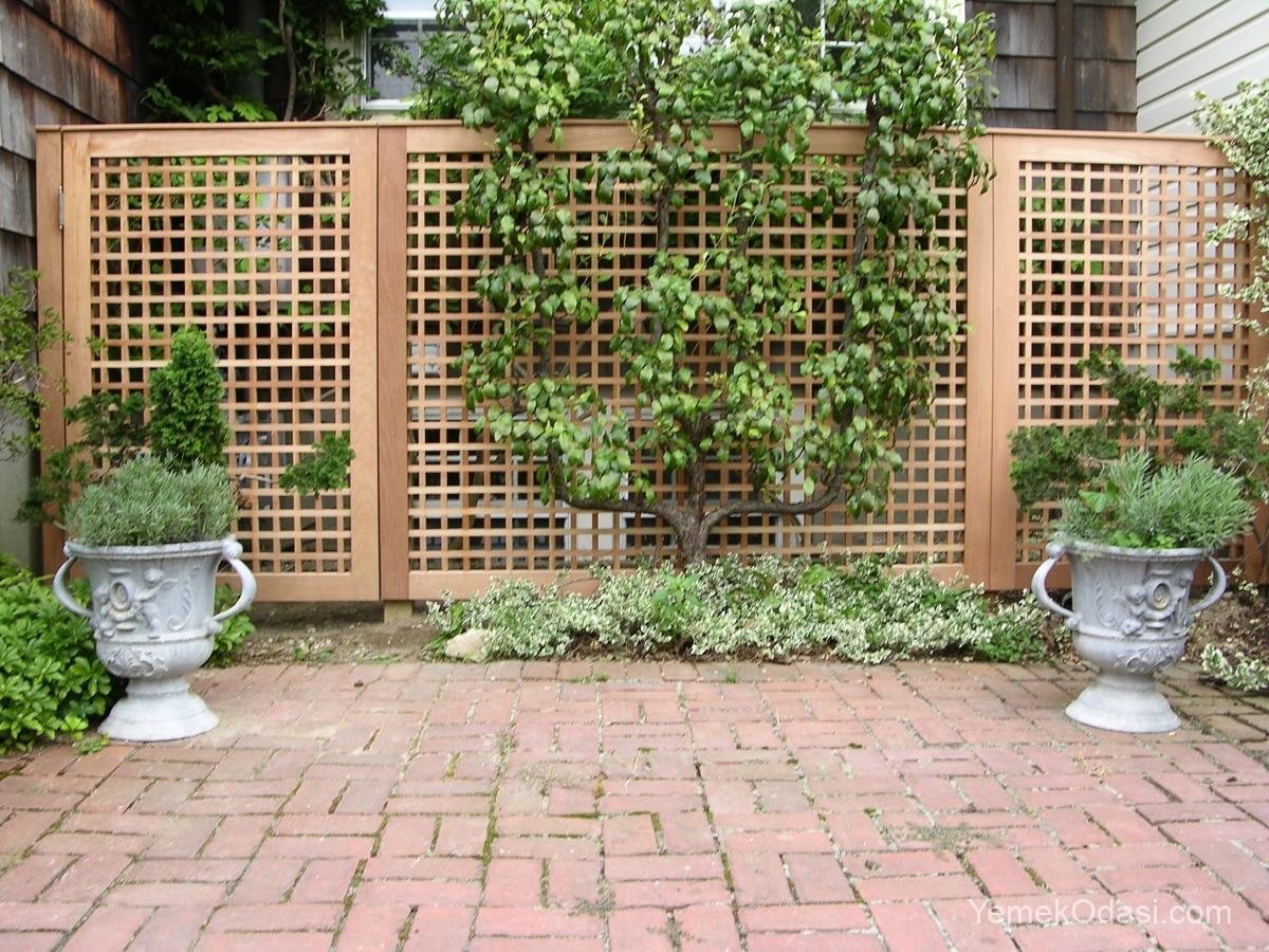 Ahşap bahçe duvarı