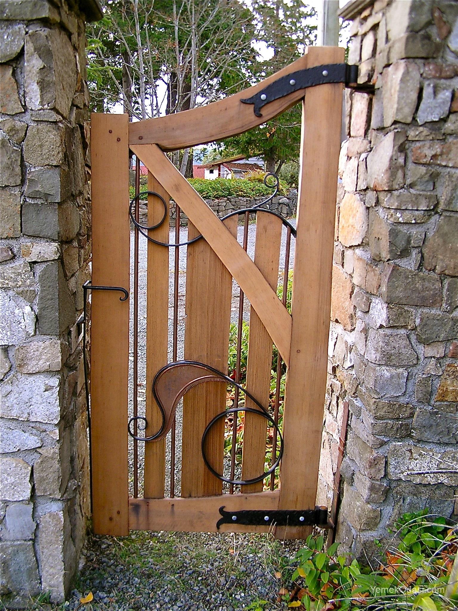 Ahşap bahçe kapısı