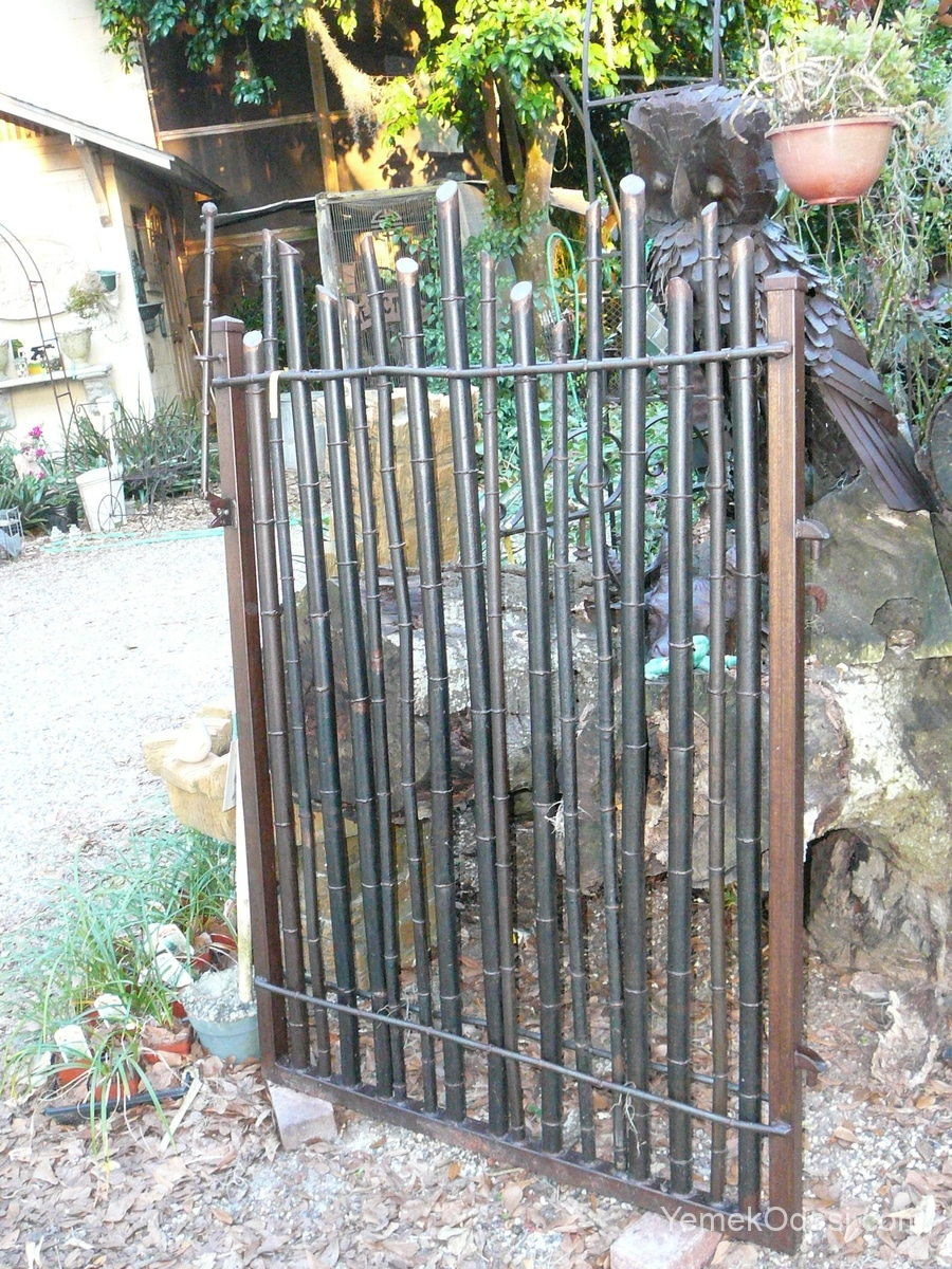 Bambudan elyapımı bahçe kapısı