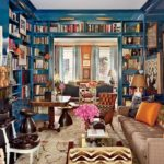 duvara gomulu rustik kitaplik ve koltuk