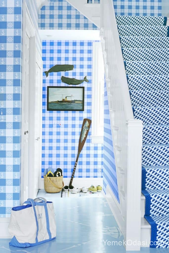 gok mavisi kareli duvar kagidi ve mavi merdiven