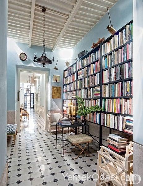 koridor boyunca yerden yuksek demir kitaplık ve damali zemin