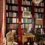 luks antika kitaplik ve leopar desenli sandalye