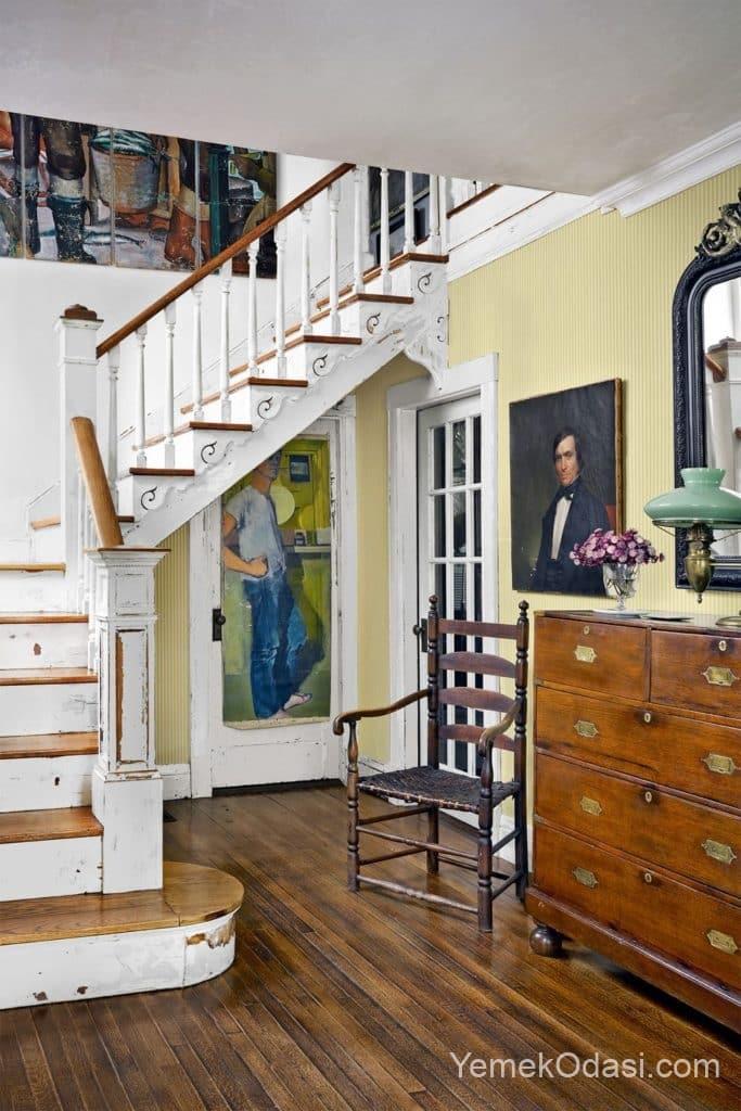 merdiven kenarinda buyıuk antika resimler