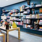 modern yaratici yerden yuksek mavi duvara gomulu kitaplik