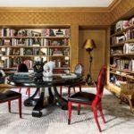 raflari aynali kahverengi eski kitaplik ve kirmizi sandalyeler