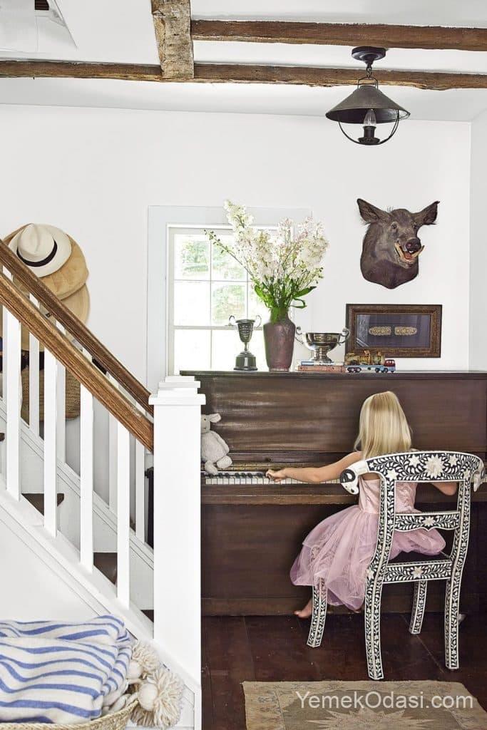 tahta merdiven ve dekoratif hayvan susleri