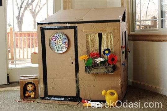 balkonlu oyuncak karton ev