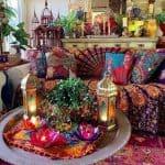bohemian dekorasyon içeren bir oda